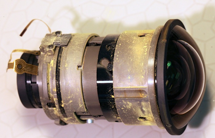 Ein Sigma 8-16mm, nachdem es für ein Color Run-Event gemietet und auseinander gebaut wurde. Bild: Roger Cicala, Lensrentals.com