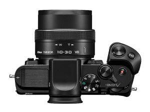 Auf der offiziellen Produktseite ist diese Top-Ansicht der Kamera zu sehen, bei der Nikon allerdings getrickst hat. Hier ist der zusätzliche Akkugriff installiert - daher der wuchtigere und handlichere Griffwulst als ihn die Kamera von sich aus hat.