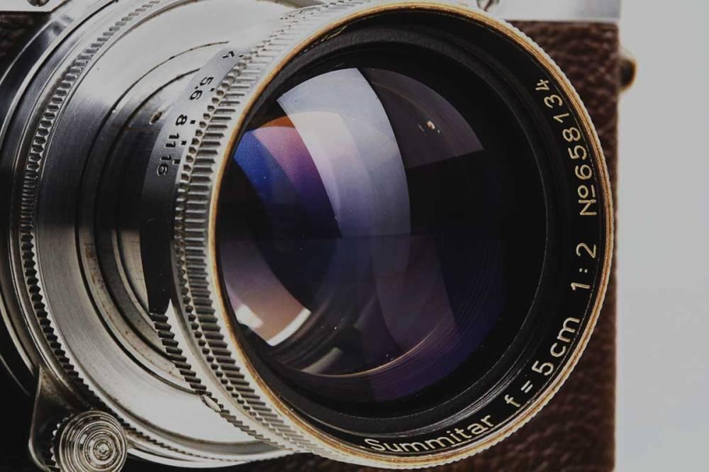 """Durch dieses 50-Millimeter f/2 Summitar von Leica schaute Alfred Eisenstaedt als er den """"Kiss in Times Square"""" aufnahm. Eins der berühmtesten Bilder der Welt."""